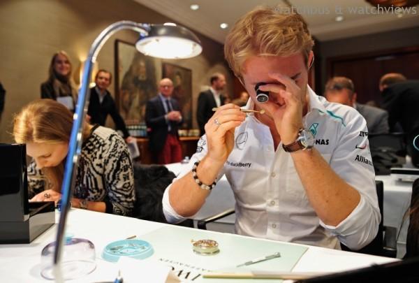 作為沙夫豪森IWC萬國錶的品牌大使,路易斯•漢米爾頓與尼科•羅斯伯格不僅共同迷戀F1一級方程式運動,而且也分享對機械腕錶的激情。圖為Nico Roseberg在慕尼黑參與IWC製錶課程的畫面。