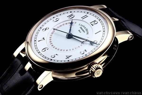 康拉德錶款搭載了具有恆動力裝置與跳秒的V號機芯,白色琺瑯鐵軌分刻度及阿拉伯字時標,指針式日期顯示,三段式錶耳,非常低調經典。
