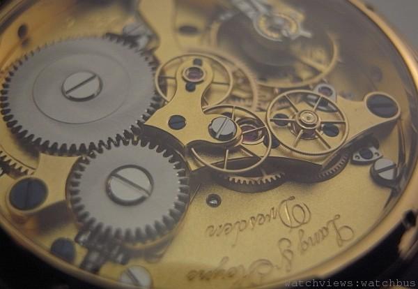 Lange & Heyne機芯夾板以特殊的方式處理,類似鎏金、又稱霜金處理。