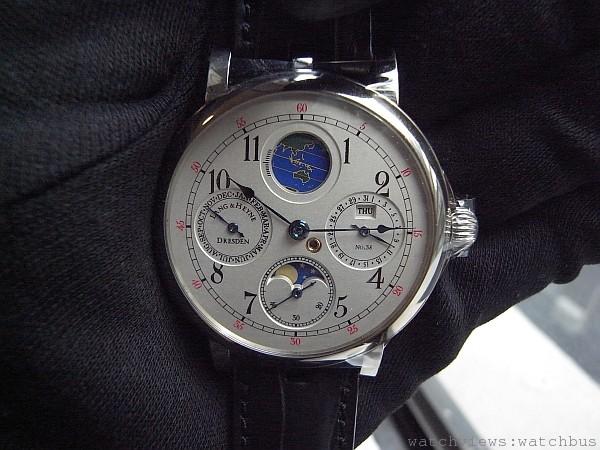 可以顯示地日角的月相錶具有年曆功能,是Lange & Heyne唯一錶盤不是琺瑯材質的錶款。
