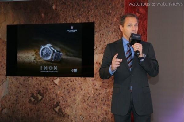 Victorinox Swiss Army Watch SA首席執行官Mr. Alexander M. Bennouna詳細介紹特別為慶祝品牌130週年而開發的全新I.N.O.X. 腕錶。