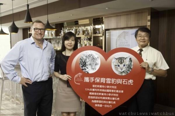 雪豹斯佩特小麥伏特加針對台灣石虎保育捐贈儀式,左起為品牌創辦人Stephen Sparrow、台灣愛丁頓寰盛洋酒董事總經理吳克勤,以及代表受贈的中華民國自然生態保育協會副理事長陳俊宏博士。