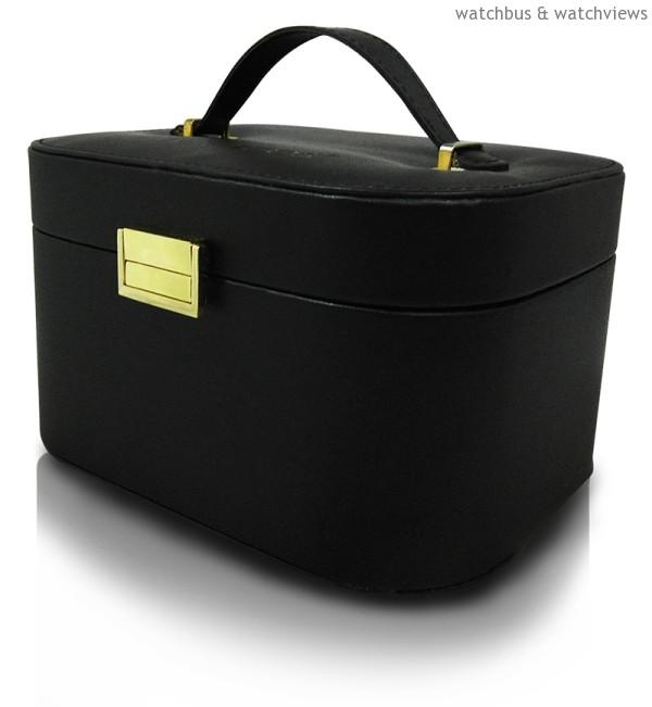 天梭表名品店週年慶期間,購錶滿NT$25,000即贈TISSOT獨家化妝箱乙個。