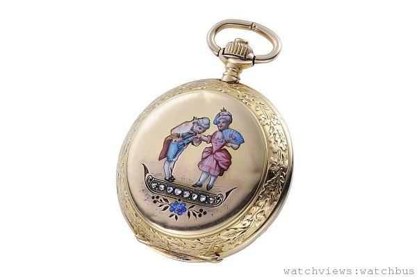 18K金材質錶殼附吊墜古董獵錶,正面錶蓋有印度風琺瑯彩繪與美鑽鑲飾,全錶金雕裝飾處理。裝配浪琴編號13A SN手上鍊機芯。