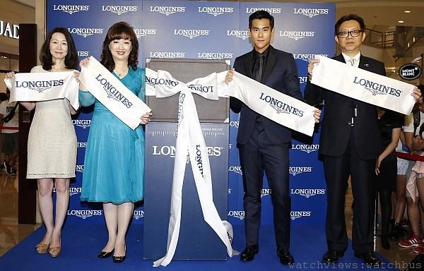 Swatch group新任總經理李佩倩女士、浪琴表副總張正勳女士、彭于晏、101部陶禮明總監一同進行揭展儀式。