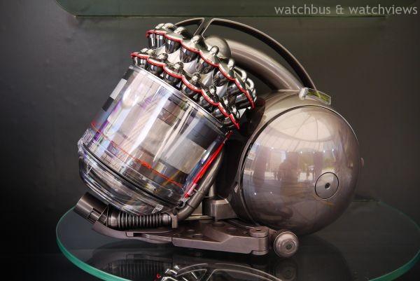 Dyson最近發表一款Cinetic™ DC52吸塵器,擁有54個氣旋,以高頻率震動分離微塵,讓灰塵更容易甩出。