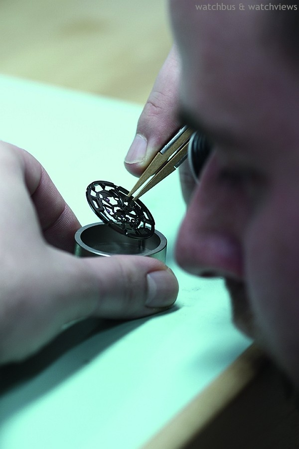 Admiral Cup AC One-45 Squelette崑崙海軍上將鏤空腕錶的錶盤與機芯經過細心的雕鏤,美感獨具。