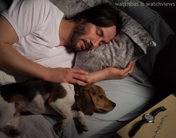 《捍衛任務》電影場景中,小狗正看著的右邊桌上那支錶,就是寶齊萊Manero AutoDate馬利龍自動腕錶。
