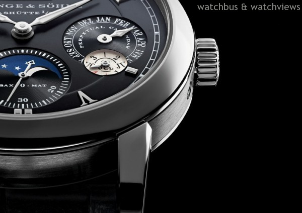 Langematik Perpetual的錶冠用於上鏈與設置時間;隱藏式主按鈕用於同時推進所有日曆顯示;隱藏式校正按鈕用於單獨推進星期、月份和月相顯示
