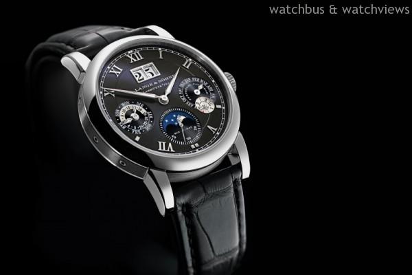 18K白色黃金錶殼,錶徑38.5毫米,時、分顯示,具備停秒裝置和專利歸零功能的小秒盤;附日期、星期、月份、月相和閏年顯示的萬年曆;日/夜指示,朗格錶廠自製L922.1 SAX-0-MAT型自動上鍊機芯,動力儲能46小時,鱷魚皮錶帶。