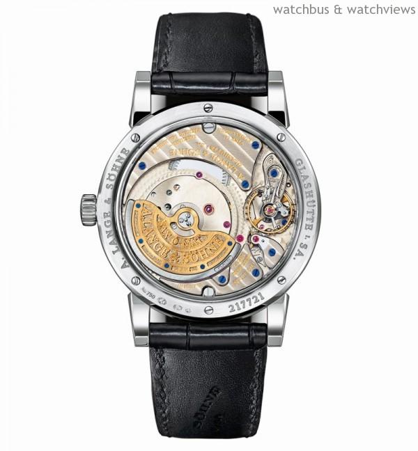 朗格錶廠自製L922.1 SAX-0-MAT型機芯,自動上鏈,符合朗格最嚴格的品質標準,人手精心修飾並組裝;五方位精密調校;3/4夾板由未經處理的德國銀製造,結合21K金3/4自動轉盤和鉑金950離心輪;附四枚滾珠軸承的扭動和減速齒輪;手工雕刻擺輪夾板。