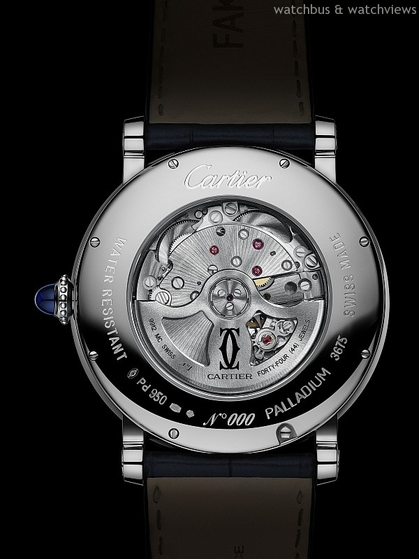 Rotonde de Cartier 晝夜顯示月相腕錶搭載卡地亞9912 MC型工作坊精製自動上鏈機械機芯,備有晝夜顯示盤,逆跳指針指示月相,機芯直徑11 ½法分,即25.6毫米,厚度6.44毫米,機芯零件數290枚,擺輪振頻每小時28,800次,動力儲存約48小時。