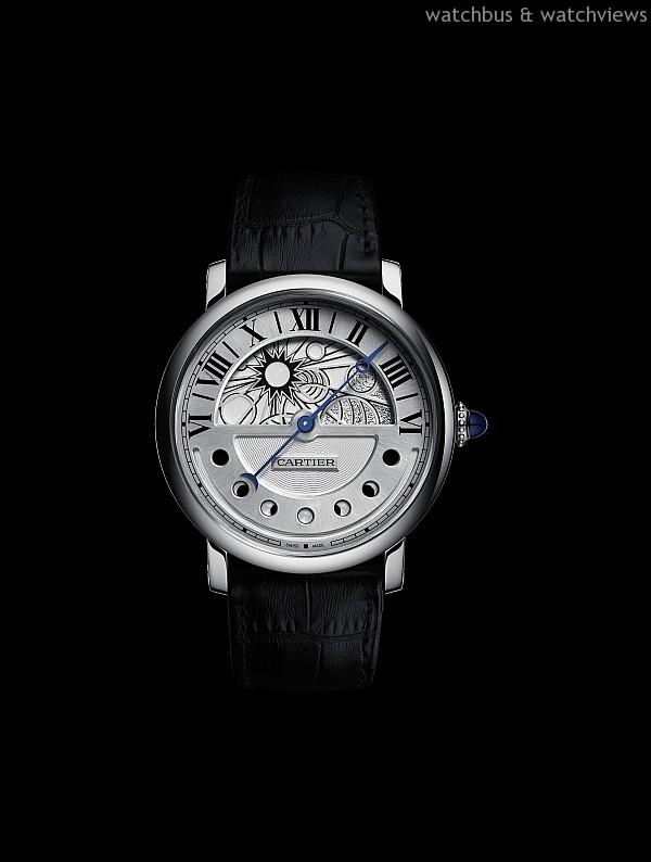 Rotonde de Cartier 晝夜顯示月相腕錶,18K 玫瑰金錶殼,錶徑43.5 毫米,時、分,顯示、晝夜顯示,逆跳指針指示月相,9912MC 自動上鍊機芯,動力儲存約48 小時,防水30 米,鱷魚皮錶帶附摺疊扣,參考價格約NTD 1,320,000。