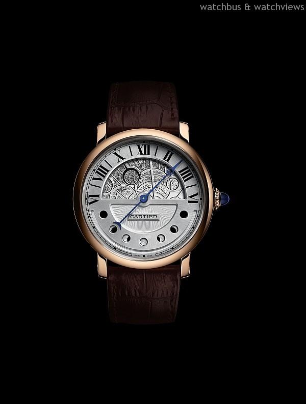 Rotonde de Cartier 晝夜顯示月相腕錶,18K 玫瑰金或鈀金錶殼,錶徑43.5 毫米,時、分,顯示、晝夜顯示,逆跳指針指示月相,9912MC 自動上鍊機芯,動力儲存約48 小時,防水30 米,鱷魚皮錶帶附摺疊扣,參考價格約NTD 1,320,000。