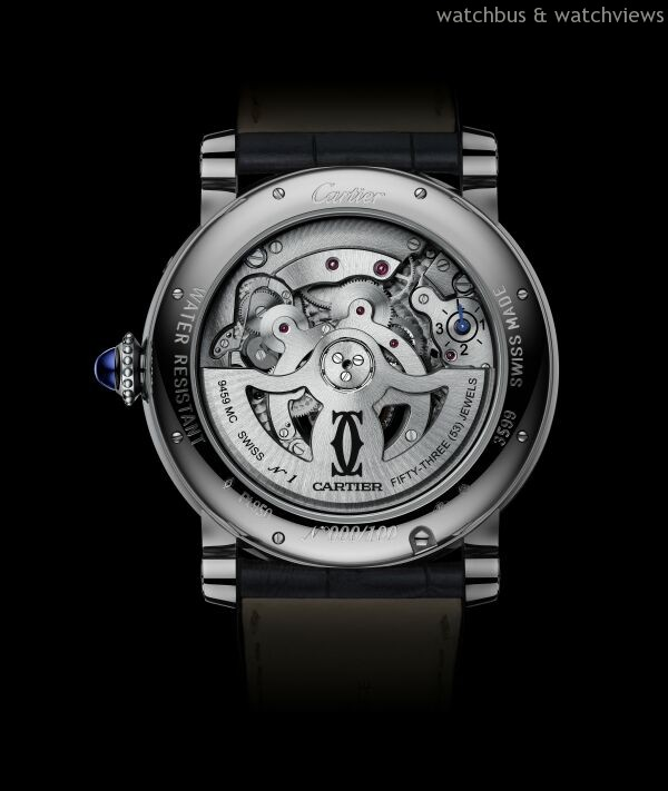 Rotonde de Cartier Astrocalendaire天體運轉式萬年曆腕錶搭載卡地亞9459 MC型自動上鏈機械機芯,備有陀飛輪和環形顯示萬年曆,榮膺日內瓦優質印記,機芯直徑14法分,即31.38毫米,厚度8.1毫米,機芯零件數382枚,擺輪振頻每小時21,600次,動力儲存約50小時。