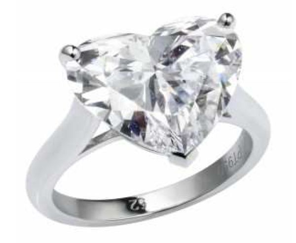 林依晨佩戴的卡地亞心形切割單顆美鑽鑽戒,NTD 32,300,000。