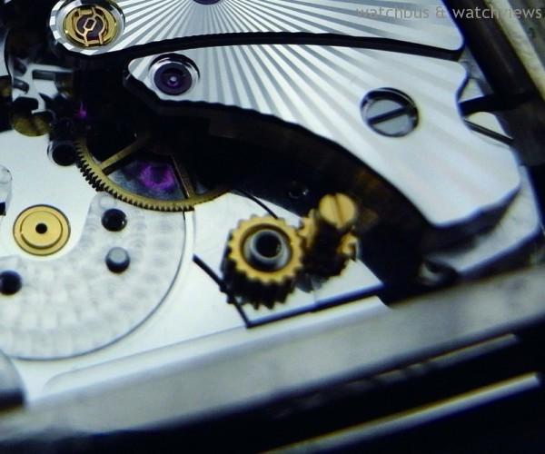 7040的擺輪右方有一個金色螺絲,可用來微調擺輪車心的間距,又稱為「軸心微調螺絲」。