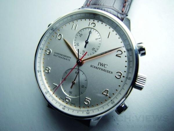 3712是IWC極受青睞的雙追針計時錶,這只是數量僅100支的日本限量版,所不同的是採用透視錶背,兩根計時大秒針針頭分別為藍色與紅色。