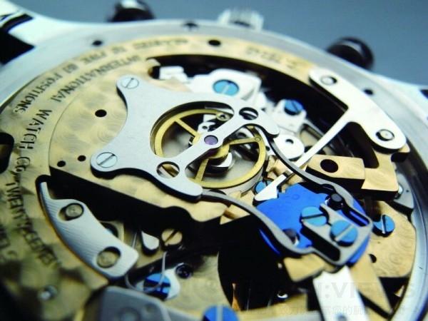 76240的雙追針計時機芯是加裝獨家開發的追針模組,在夾鉗的前端左右各有一個凹槽,依靠兩顆鑲嵌紅寶石的追秒機制一進一出的作動來控制兩根大秒針,結構簡單耐用。