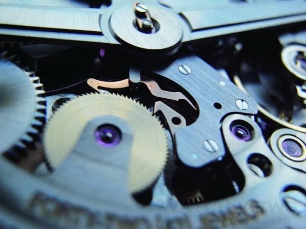 啄木鳥上鍊機制是以兩枚類似「啄木鳥」的鳥嘴勾住逆牙的自動輪,再帶動大捲車,以達到上鍊的目的。