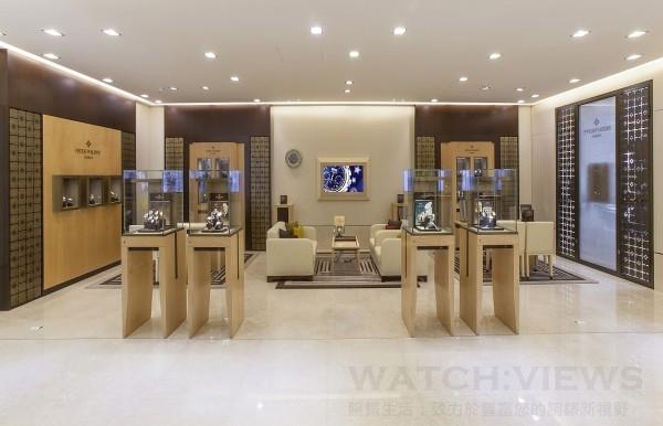 時美齋鐘錶百達翡麗形象店採了鳥眼楓木、印度紫檀以及拋光黃銅等珍貴建材,還有象徵品牌精神與特徵的Calatrava 十字星標誌裝飾等。