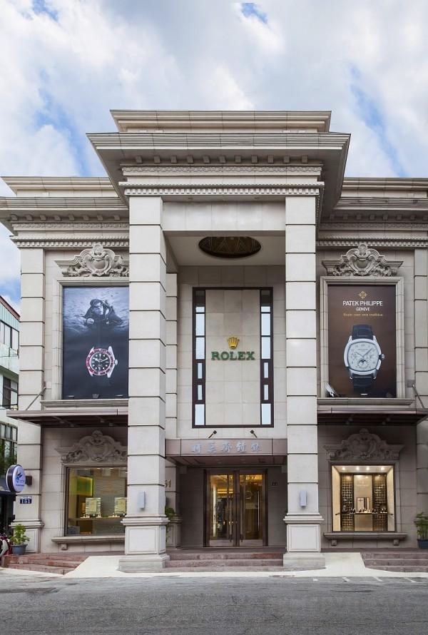 位於台中市美村路的時美齋鐘錶公司創立於1925 年,是中台灣歷史最悠久的錶店。巴洛克風格的全棟建築富麗堂皇,更是全台數一數二。今年內裝經過全新設計與裝潢,更設有全新的百達翡麗形象店,是中台灣民眾賞錶選錶的好所在。