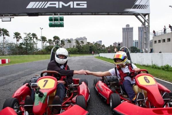 F1兩屆方程式賽車世界冠軍Mika H_kkinen(左)與國內知名賽車手林帛亨(右)於卡丁車場進行友誼賽,一展卓越駕駛技術。