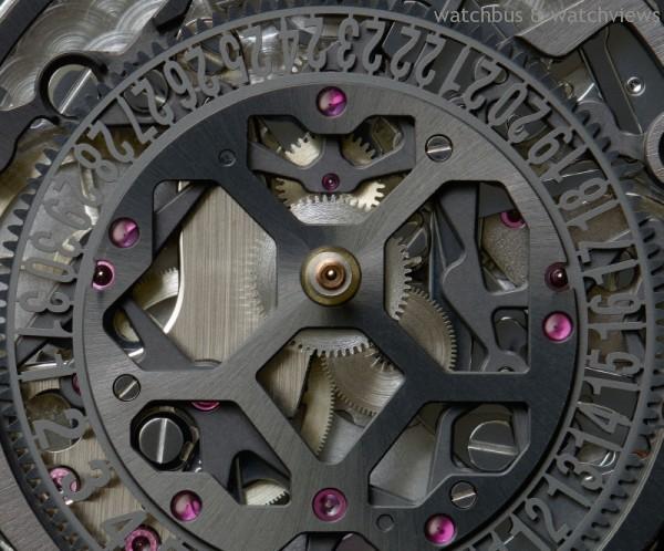面盤最為點睛之處為渦輪造型倒數計時盤以鋁合金打造,搭配底層鏤空機芯,結合奢華,與飛行計時碼表共冶一爐