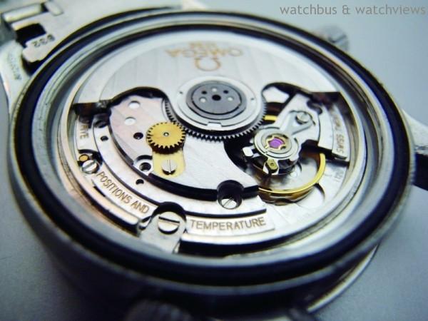 Omega的1120維修保養僅需將金色螺絲卸下,即可同時取下U形夾板與自動傳動輪,相當便捷。