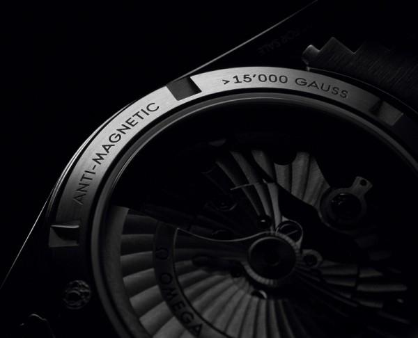 Master Co-Axial大師同軸擒縱機芯除了抗磁效能優越,更配置OMEGA無卡度游絲擺輪和三層式同軸擒縱系統,機芯還結合尊貴高雅的設計元素,包括鍍銠自動鉈,以及綴有經阿拉伯式日內瓦波紋打磨的橋板。