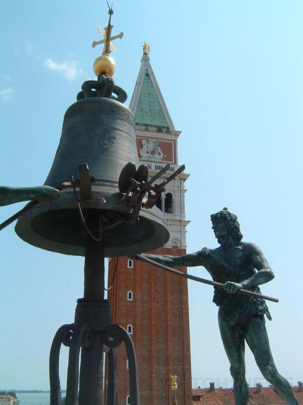 聖馬可鐘塔的摩爾人雕像