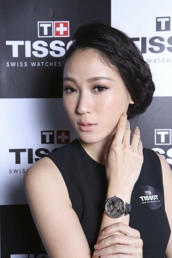 凱渥女模演繹TISSOT Chemin des Tourelles Skeleton 杜艾爾系列鏤空小秒針腕錶
