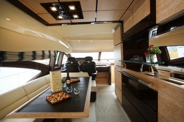 Azimut 70的內裝設計由Architect Carlo Galeazzi操刀,以轎車內裝皮革設計為靈感,主要色系與花紋以深棕色及鱷魚印花皮革呈現,搭配精緻的大理石、柚木等高級建材,彷彿海上的小別墅般奢華時尚。