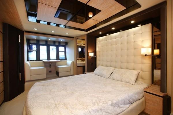 Azimut 70設置有四間艙室及四間廁所,為同類遊艇中最頂級的設計。
