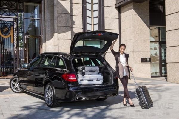 汽油車款C 250 Estate專屬的AMG Line將跑旅個性發揮至頂點,車尾則有AMG後保桿與車身同色導流造型,在加上雙排氣尾管的安排,讓其成為眾人眼中最迷戀的跑旅背影。