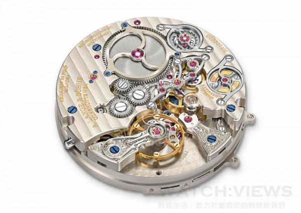 朗格錶廠自製L043.5型機芯;手動上鏈,符合朗格最嚴格的品質標準,手工精心修飾並組裝;五方位精密調校;3/4夾板由未經處理的德國銀製造;手工雕刻擺輪夾板;恆定動力擒縱系統。