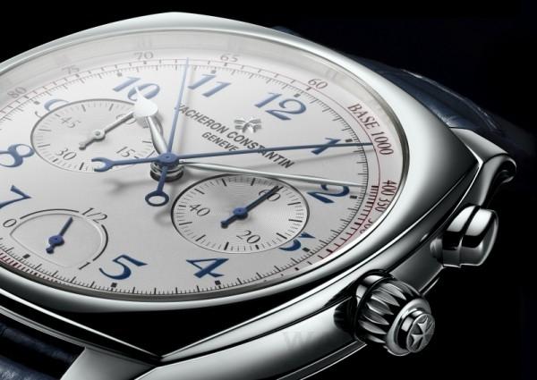 江詩丹頓Harmony 3500機芯超薄高級複雜計時腕錶明亮的銀乳色錶盤邊緣帶有深紅色計速刻度,時針、分針、9點位置的小秒針和動力儲存顯示清晰可讀。藍色阿拉伯數字與藍色計時指針相互映襯,優雅的葉形指針精確指示小時與分鐘。