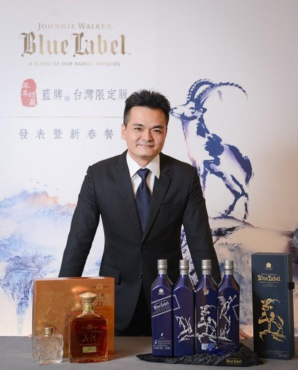 今日帝亞吉歐台灣分公司總經理王孝倫出席餐會,並揭示新品 JOHNNIE WALKER_ 藍牌_蘇格蘭威士忌《羊年珍藏》台灣限定版、JOHNNIE WALKER XR 21年蘇格蘭威士忌「金玉滿堂」與「琉璃酒瓶」禮盒