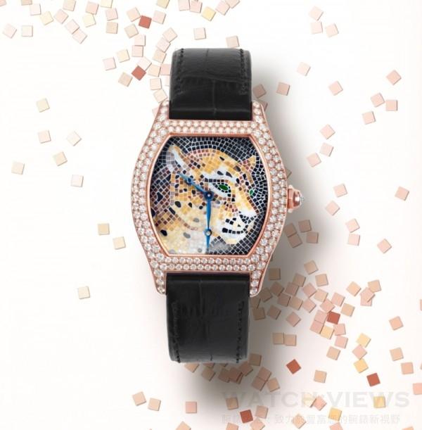 Tortue寶石鑲嵌馬賽克美洲豹裝飾腕錶,大型款,18K玫瑰金錶殼,鑲嵌圓形明亮式切割鑽石,八角形錶冠,鑲嵌一顆圓形明亮式切割鑽石,蘋果形藍鋼指針,18K玫瑰金錶盤,寶石鑲嵌馬賽克美洲豹裝飾,縞瑪瑙鑲嵌馬賽克斑點和豹鼻,綠色寶石鑲嵌馬賽克豹眼,卡地亞430 MC型工作坊精製手動上鏈機械機芯,黑色鱷魚皮錶帶,18K玫瑰金摺疊錶扣,鑲嵌圓形明亮式切割鑽石,防水30米,編號並限量發售30枚。