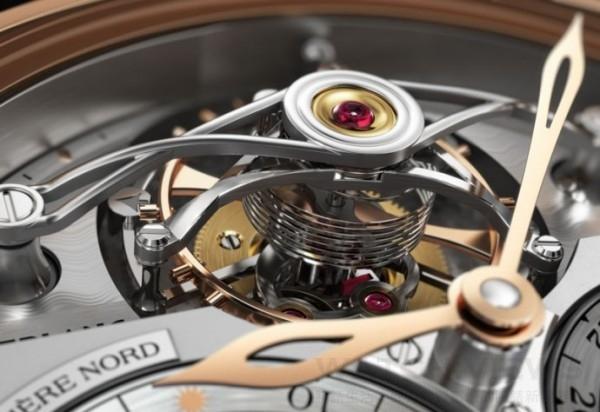 Villeret系列圓筒游絲陀飛輪Geosphères Vasco da Gama限量款腕錶所搭載的MB M68.40手動上鏈機芯,搭載著由91個元件組成的圓筒形游絲陀飛輪機制,來確保裝置具備約48小時動力儲存。他所配備的圓筒狀游絲和扁平游絲一樣是同心環繞的彈性金屬,然而筒狀游絲不是被並排捲繞,而是從同一基礎平面上以增加距離的方式同心捲繞,以相等直徑一圈一圈地向上纏繞。如此便能消弭游絲從引力中心向外伸展產生輕微的離心效應,這也是一直以來傳統游絲的關鍵弱點。