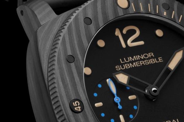 Carbotech碳纖維複合材料,除了具備卓越的技術性能,還會呈現不均勻的啞黑色外觀,其色澤會隨著材料各種切割工藝而有所不同。因此,使用這種材料打造的每一枚腕錶都是獨一無二的。