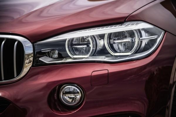 全新BMW X6以更具肌肉感的線條與嶄新前保桿設計共構出「X」形的車頭輪廓,標準配備的遠近光雙功能氙元素頭燈與雙腎形水箱護罩相連,突顯全新X6的強硬特色。