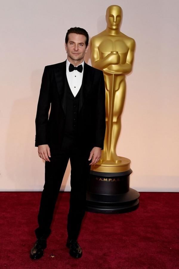 憑藉「美國狙擊手(American Sniper)」問鼎奧斯卡影帝的布萊德利庫柏 (Bradley Cooper),配戴萬寶龍經典三環圓形黑瑪瑙袖釦與燕尾服襯衫釦飾。