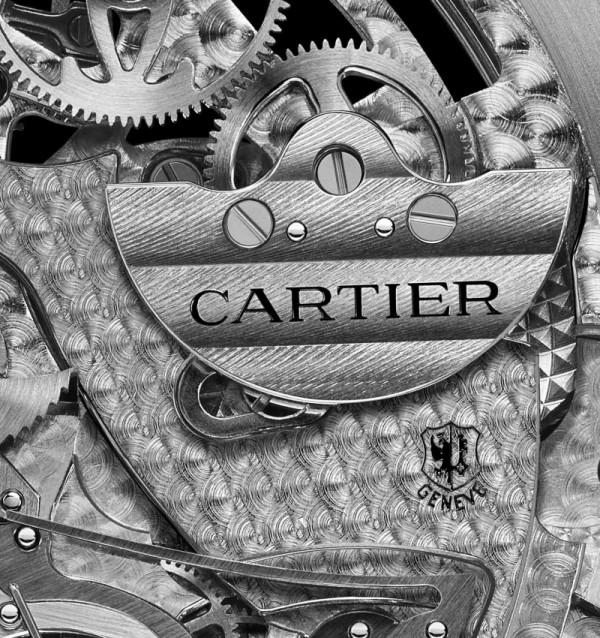 Rotonde de Cartier大型複雜功能腕錶榮膺「Poinçon de Genève」(日內瓦優質印記):9406 MC型自動上鏈機芯在位於日內瓦羅納路35號(35 rue du Rhône)卡地亞精品店的高級製錶工坊內組裝調校完成;且機芯潤飾細節完全符合此高級鐘錶優質印記的嚴格標準。在日內瓦印記上方可見飾有扭索紋及日內瓦波紋裝飾的鉑金自動上鍊微擺陀。