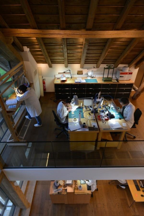 藝術大師工坊目前有28位工藝師分佈於上下兩層:珠寶工藝師位於二樓;琺瑯與細工鑲嵌工藝師位於三樓。