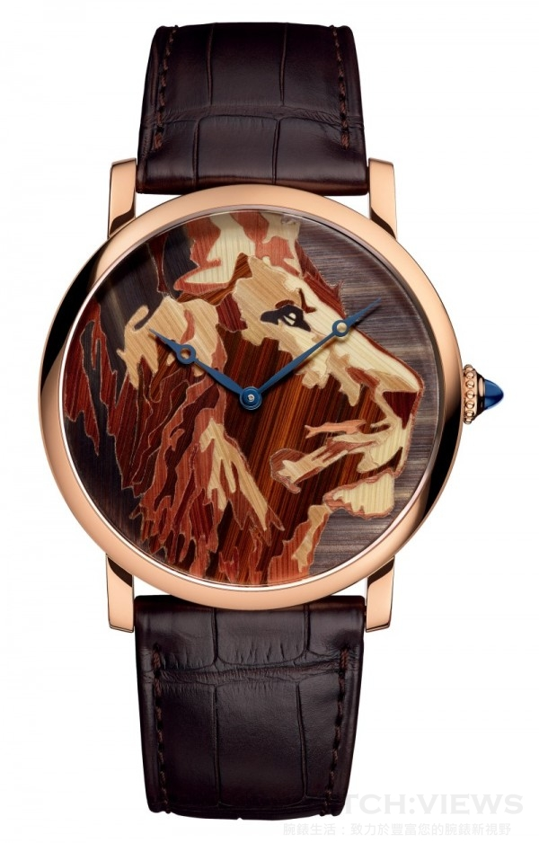 Rotonde de Cartier獅子裝飾腕錶,直徑42毫米,18K玫瑰金錶殼,18K黃金錶盤,秸稈細工鑲嵌獅子圖案裝飾,卡地亞9601 MC型工作坊精製手動上鏈機械機芯,編號並限量發售70枚。