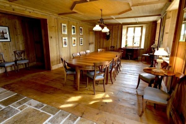 卡地亞藝術大師工坊保留了源自周邊地區的18世紀木工製作及石灰石板、仿古石灰泥牆、古典傢俱或訂做傢俱以及玻璃和金屬製品。
