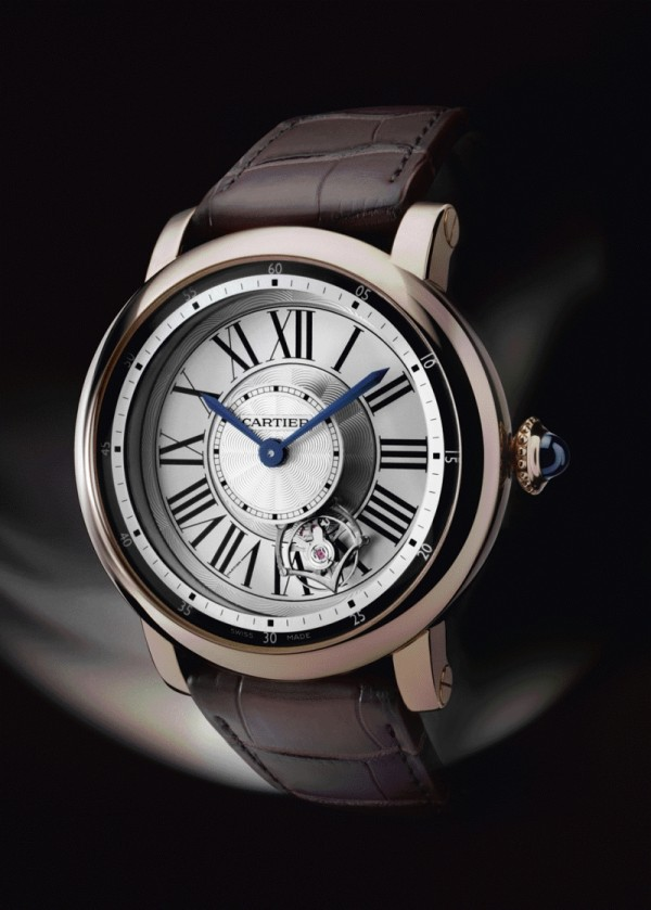 Rotonde de Cartier Astrotourbillon 卡地亞天體運轉式陀飛輪腕錶,18K玫瑰金錶殼,直徑47毫米,9451 MC手上鍊機芯,圓珠形錶冠,鑲嵌一顆凸圓形藍寶石,劍形藍鋼指針,黑色鱷魚皮錶帶,18K白金折疊錶扣,藍寶石水晶透明錶背,防水30米,編號並限量發售100枚。