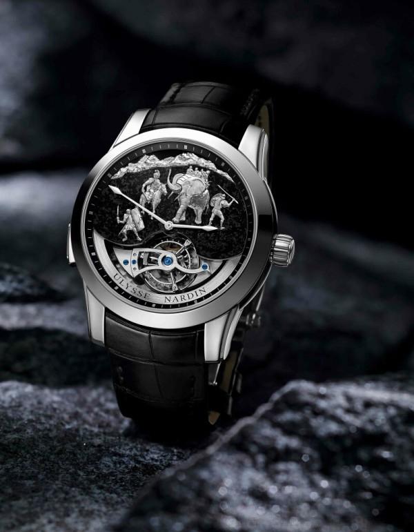吸睛的陀飛輪坐落於錶盤下緣,非凡的藝術呈現,再再展示雅典錶在頂級鐘錶製作和創新方面挑戰極限的能力。