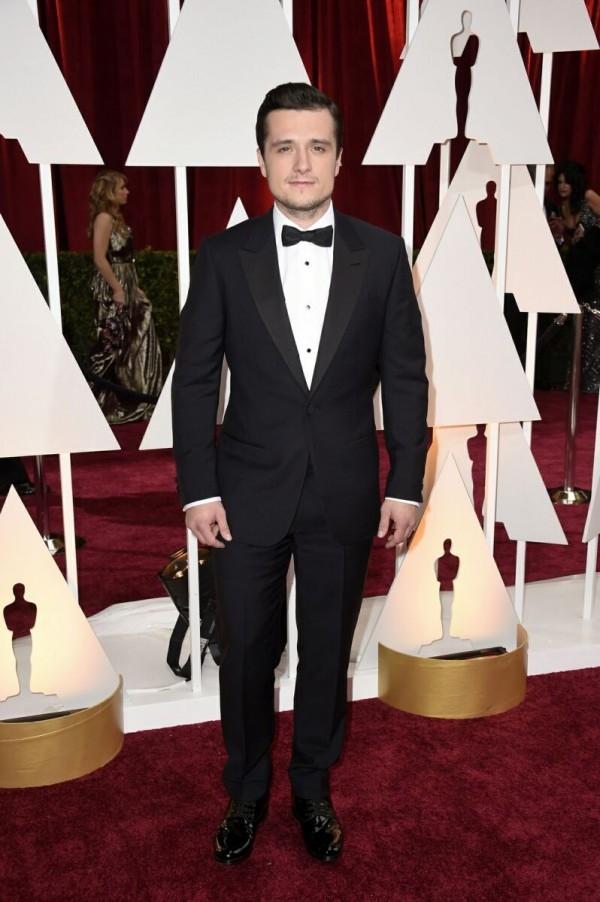 「飢餓遊戲(Hunger Games)」男主角喬許哈契森(Josh Hutcherson)配戴萬寶龍經典三環圓形黑瑪瑙袖釦與燕尾服襯衫釦飾